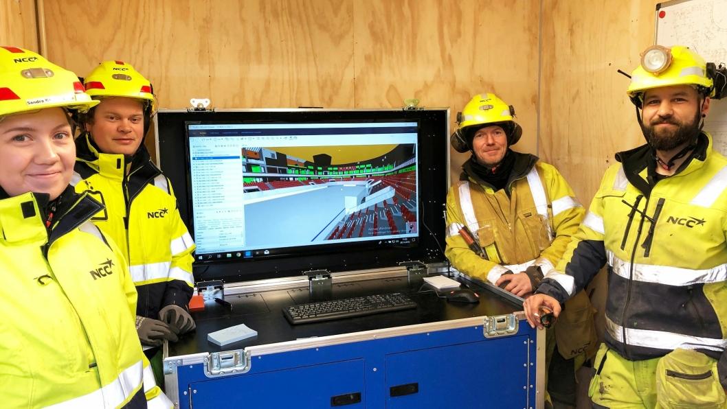I BIM-kiosken: (F.v.) Stikningsingeniør Sandra Jensen, BIM-tekniker Terje Madsen sammen med jernbinderne Kåre Sternang og Atle Stenberg i NCC.
