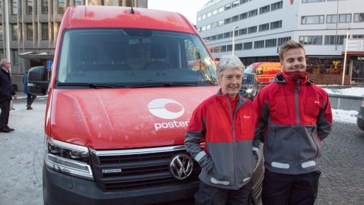 Posten-sjåfør Anne Bente Lier har for første gang fått prøve sin nye bil, og forteller at den var svært så komfortabel. Til høyre transportkoordinator hos Bring, Carl Fredrik Lindeman.