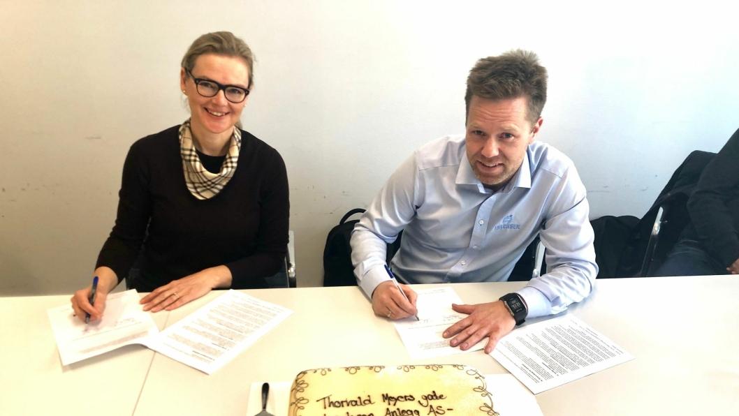 Divisjonsdirektør Siv Rønneberg i Bymiljøetaten signerte kontrakt for oppgradering av Thorvald Meyers gate med Isachsen AS representert ved prosjektsjef Anders Høiback.