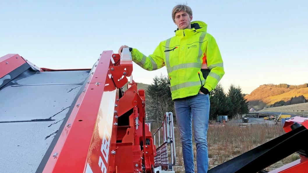 SENDEREN: Einar Øvstebø i Mineralteknikk AS viser den hvite senderen som sender signalene via satellitt på et Terex Finlay sikteverk.