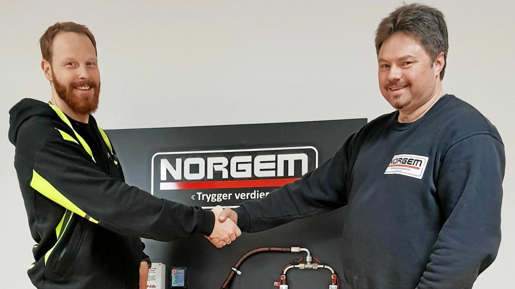 AVTALE: Produktsjef Raymond Halvorsen (t.v.) i Norgem AS har skrevet avtale med daglig leder Stein Inge Naas og selskapet i Naas Maskinservice Nordmøre for å dekke distriktene rundt Kristiansund.