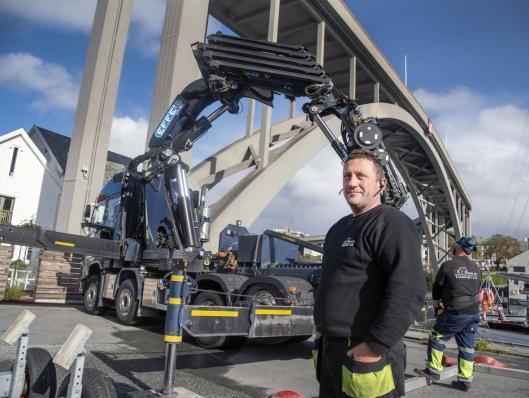 FORNØYD: Johnny Johansen er storfornøyd med den nye storkranen.