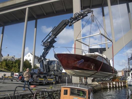 BÅTER: Nærmere 300 båter løfter BJ Kran & Transport hver sesong. Men ingen av dem er så flotte som denne trebåten. Den er laget av én eneste stokk.