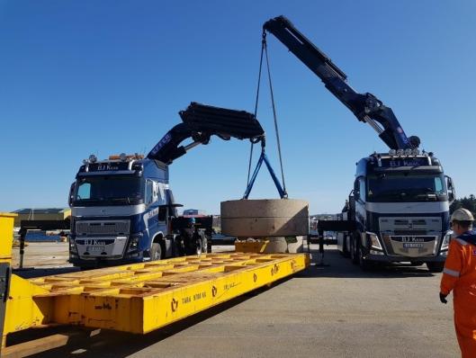 35 TONN: Samløft med to lastebilkraner av et 35 tonns lodd er ikke dagligdags.