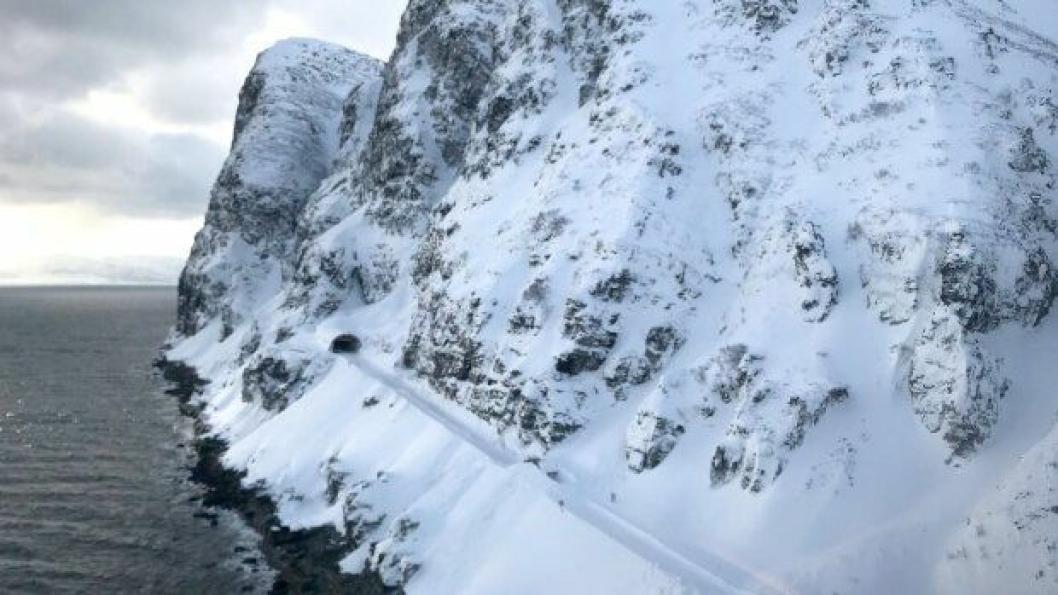 E69 nord for Skarvberget etter raset i mars 2018. Denne strekningen erstattes med tunnel inne i fjellet.