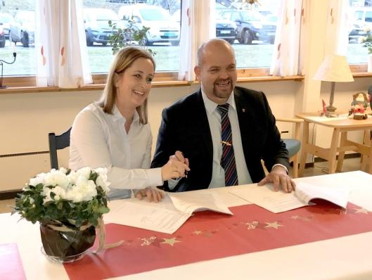 Distriktssjef i Skanska Åse Lien Kleppe, og ordfører i Vestnes Geir Inge Lien under kontraktssigneringen.