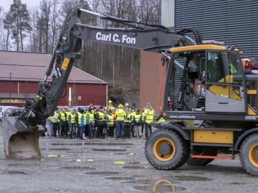 FOKUS: Skoleelevene ved Bondi skole i Asker har fått undervisning i hvordan de skal opptre rundt anleggsmaskiner.