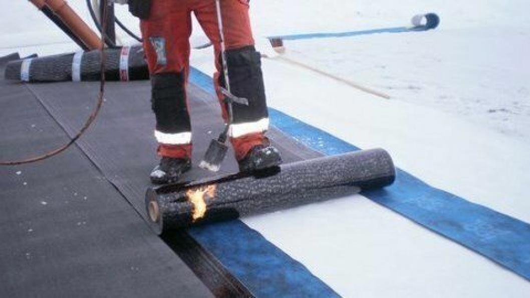 Eksempel på asfaltmembran der skjøter sveises med åpen flamme.