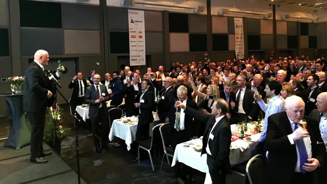 SKÅL: Albert Kr. Hæhre på Fjellsprenger'n i november da han fikk tildelt gullfeiselen under den tradisjonsrike middagen på SAS-hotellet på Holbergs Plass.