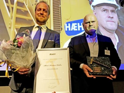 GULLFEISEL: Albert Kr. Hæhre er i den eksklusive gruppen som har fått NFFs gullfeisel. Her med styreleder Øyvind Engelstad (t.v.) i Norsk Forening for Fjellsprengningsteknikk.