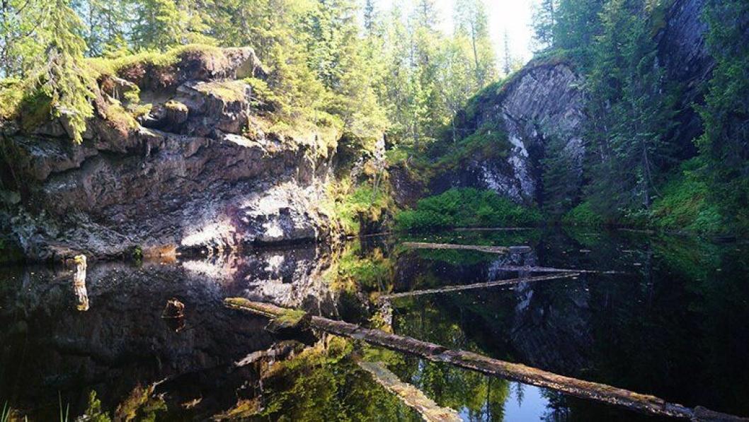 Her er det aktuelle steinbruddet Heingruva i Mostadmarka. Nå er det fylt med vann.