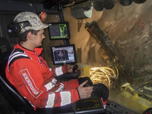SEKS RIGGER: Marius Asklund kjører en av de to siste boreriggene i Lyshorntunnelen. På det meste var de opp i seks rigger i drift.