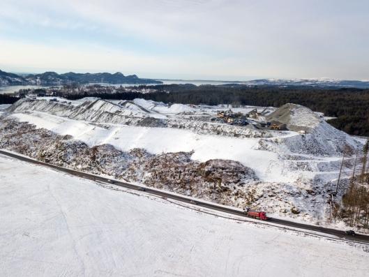 FJELL: Deponiet med stein Veidekke har kjørt ut i Rådal er nærmest som et nytt fjell. Bildet er tatt vinteren 2017/2018.