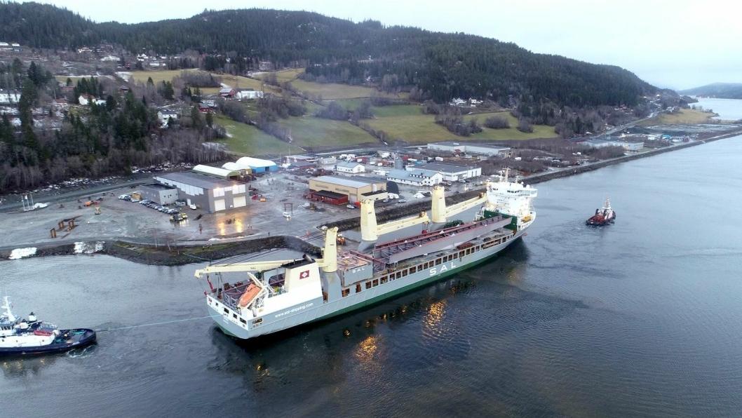 Lasteskipet Trina ankom Trøndelag med 3000 tonn stål til Beitstadsundbrua 4. januar 2019.