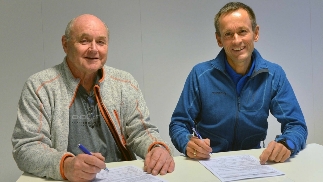 Prosjektleder Sverre Nergård fra Stangeland/Implenia (t.v.) og Ryfast-prosjektleder Gunnar Eiterjord signerte overtakelsen.