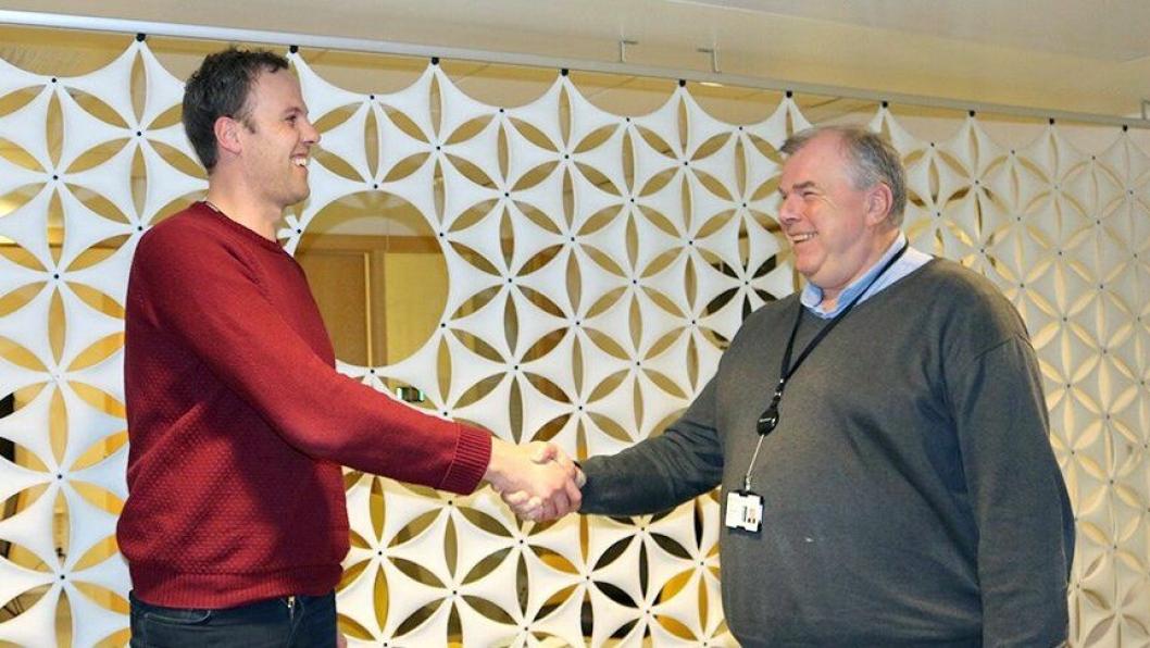 Avdelingsleder Erik Nilsen i Veidekke (t.v.) og prosjektdirektør Knut Jørgensen i Statsbygg besegler kontrakten med et håndtrykk.