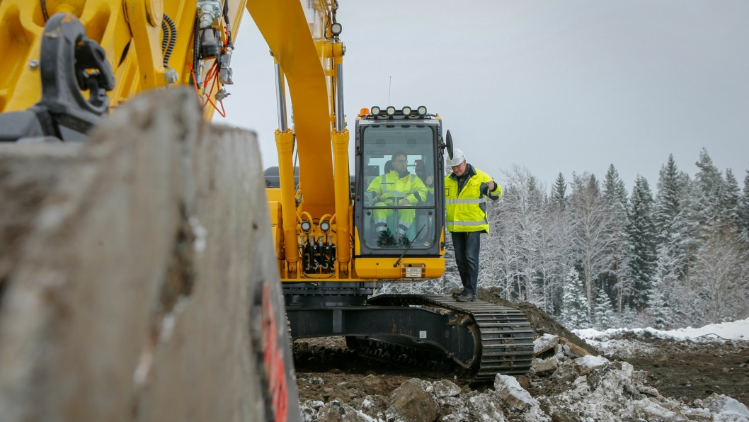 Jan Floberg (t.h.) i DigPilot fikk se sitt nyeste maskinstyringssystem i full drift da han besøkte Ørje-entreprenør Bjørn Vidar Jørgensen ute på anleggsplassen.