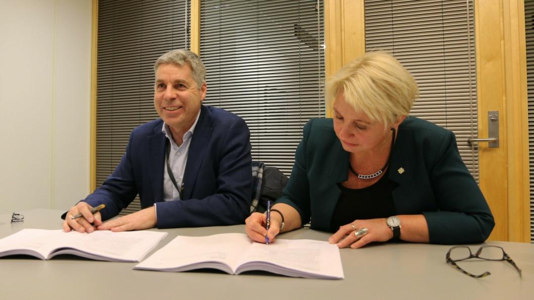 Trond Pettersen Valeur, regiondirektør Skanska Samferdsel og Energi, og Turid Stubø Johnsen, regionvegsjef SVV region nord, signerte kontrakten om bygging av Skarvbergtunnelen.