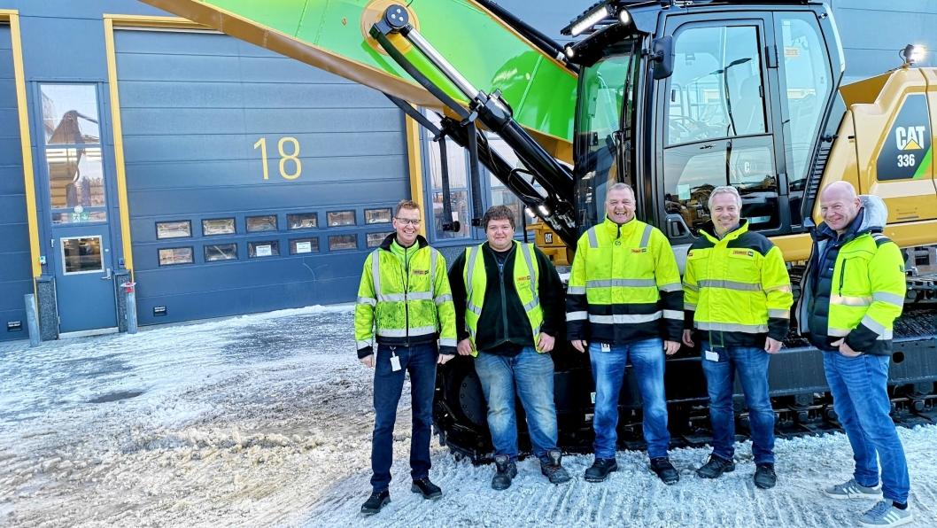 Fra venstre: Arild Berg (formann sveiseverksted, Pon Equipment), Espen Horne Hansen (maskinfører, Norsk Saneringsservice), Jon Granlund (key account manager, Pon Equipment), Rune Vestengen (salgssjef, Pon Equipment) og Torbjørn Haugo (daglig leder, Norsk Saneringsservice).