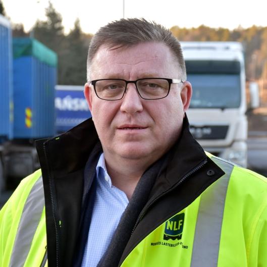 Geir A Mo, adm direktør i Norges Lastebileier-forbund (NLF) krever forandring i vinterdekk-reglene for lastebiler.
