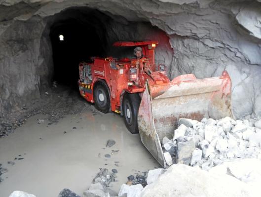 LH202-en i sving på Skanskas vanntunnelprosjekt i Høyanger.