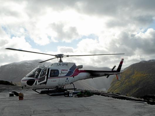 Et helikopter var forbindelsen med omverdenen for dem som arbeidet på prosjektet. Alternativet var en gåtur på 2-3 timer.