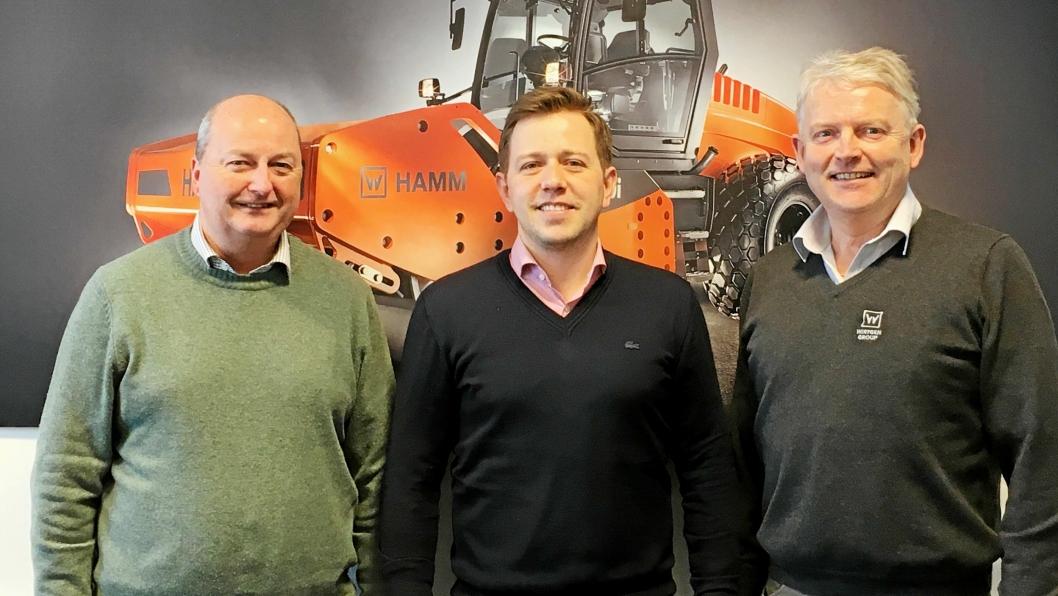 AVTALE: Senior Sales Manager i Hamm North Europe, Eugen Richert (midten) sammen med de to norske sjefene Tom Johansen (Nasta, t.v.) og Rune Gulli i Wirtgen Norway AS.