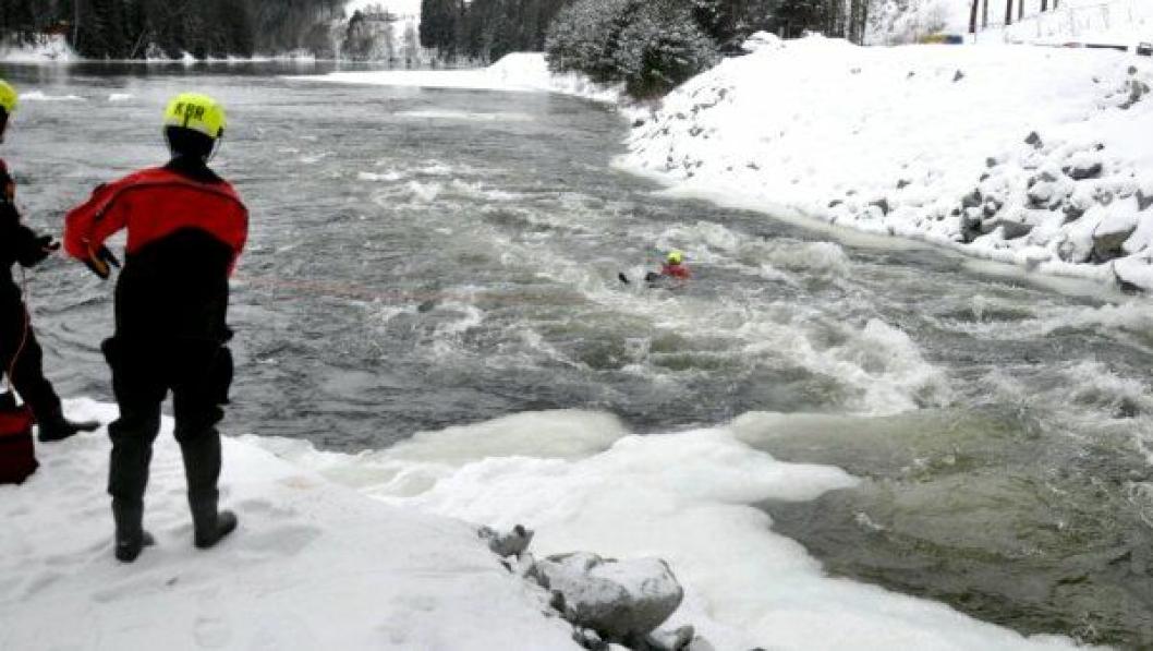Minus 10 i lufta og nær null grader i vannet skremte ikke Brannvesenets redningsfolk og dykkere.