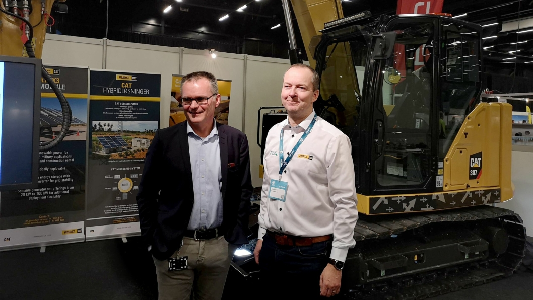 Adm. direktør Erik Sollerud (t.v.) og segmentsjef BCP, Dagfinn Sand, hos Pon Equipment AS hadde elektrisk nytt og fortelle om på Arctic Entrepreneur 2019.Nyhetene gjaldt leveringstiden for nye Cat 307.5 (bak) og at de skulle produsere elektriske versjoner av 307.5/310 i Norge for levering i løpet av 2019. Den våkne leser ser at maskinen er merket med 307. Det er for ikke å tiltrekke seg oppmerksomhet når den har gått i test i Norge.