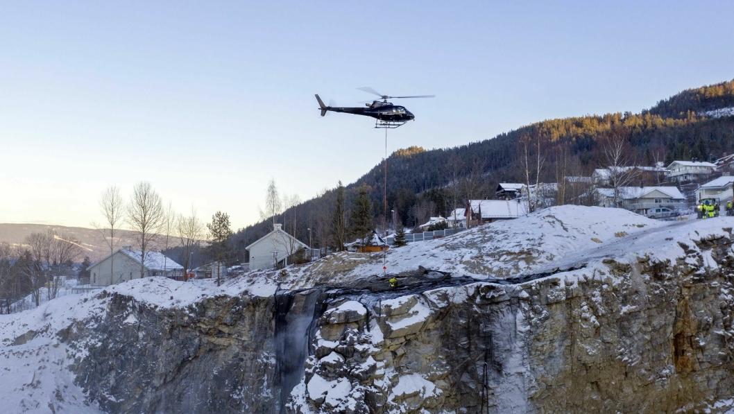 LUFTIG: Skytemattene var helt på grensen av hva helikopteret fra Nor Aviation klarte å løfte.