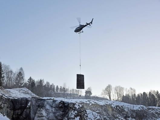 UVANLIG: Det er sjelden kost å bruke helikopter til å løfte skytematter.