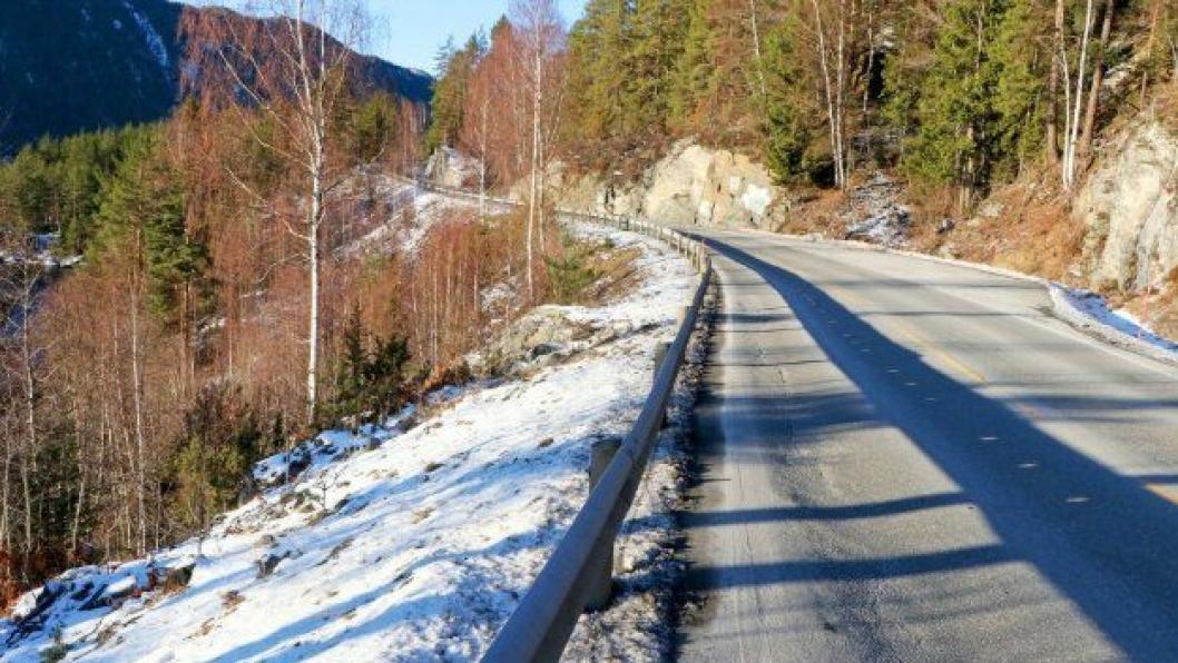 Terrenget er bratt sideveis der den nye veien skal bygges.