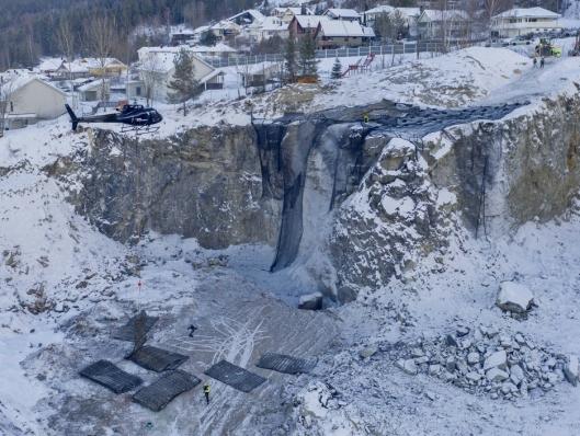 SKRENT: Den 18 meter høye skjæringen ga utfordringer da salva skulle dekkes.