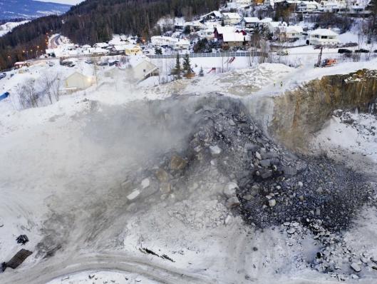 SMELL: Slik så det ut etter at drøyt to tonn sprengstoff hadde flyttet 5100 kubikk fjell.
