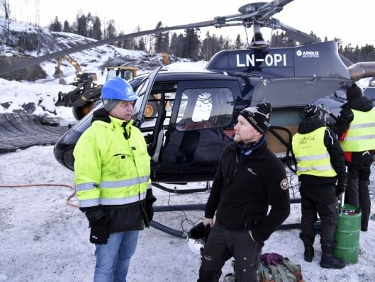 FORNØYDE: Både Arvid Kveane (t.v.) hos Arne Olav Lund AS og helikopterpilot Arild Ystanes var godt fornøyd da alle mattene var plassert.