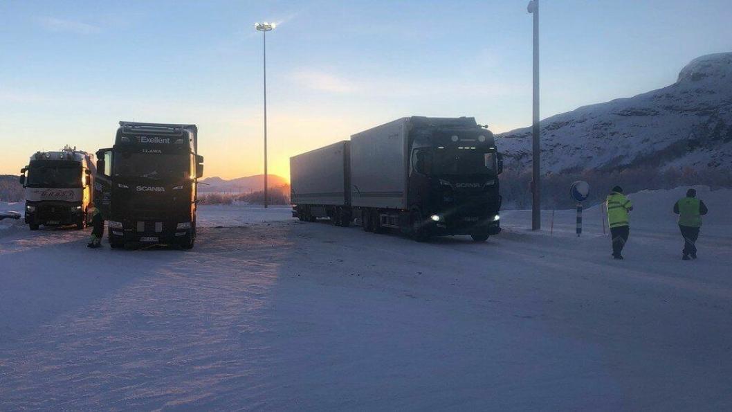 Tungtransportkontroll Kilpisjärvi tollsted: 46 tunge kjøretøy kontrollert på grenseovergangen mellom Finland og Norge. Av disse ble 10 ilagt bruksforbud, for dekk som ikke er egnet for føreforhold og mangel av kjettinger. (Foto: Statens vegvesen)