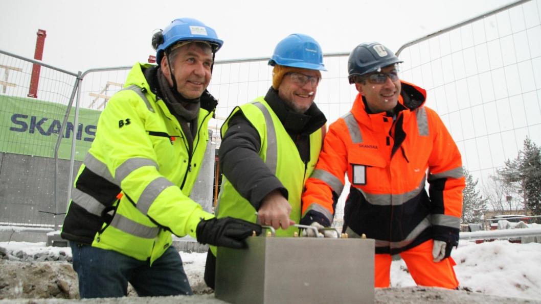 Fra venstre: Tore Fredriksen (Omsorgsbygg), byrådsleder Raymond Johansen og Ståle Rød (Skanska) samarbeidet om skrinet som utgjør grunnsteinen på Lindeberg sykehjem.