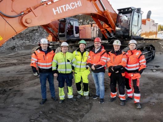 FORNØYDE: Det var en fornøyd gjeng fra Nasta og Feiring Bruk som så maskinene bytte plass. Fra venstre: Vegard Gultvedt, Tor-Arne Nøst, Tormod Askmann Bjøralt, Roar Aaserud, Knut Gaarde og Ole Kristian Skauan.