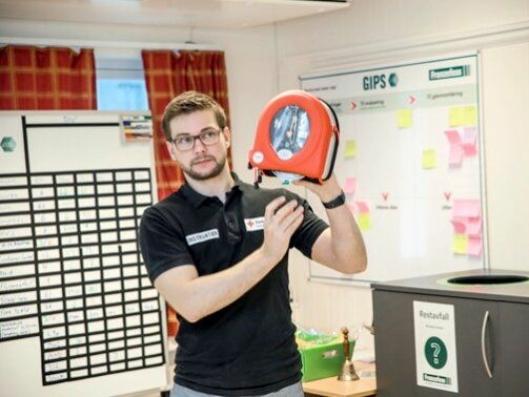 Røde Kors Førstehjelp AS leverer hjertestartere og førstehjelpskurs til sjåfører, nybiler og anlegg i Bjerkli-konsernet. Her viser instruktør og undervisningsleder i Røde Kors Førstehjelp i Midt-Norge, Rune Hyldbakk, hvordan man bruke hjertestarterne.