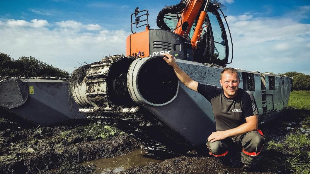 Henrik Pedersen er innehaver av firmaet Jysk Entreprenør i Danmark. Han foretrekker amfibie-undervogn fra finske Remu fremfor andre merker, fordi de også takler bruk på tørr mark godt.