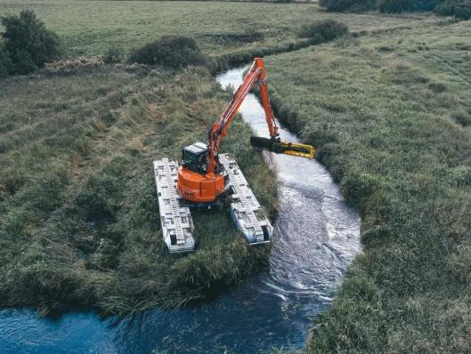 Hitachi ZX 85 US gravemaskin på ca. ni tonn, montert på Big Float E10 amfibisk understell fra Remu Oy, i arbeid for Jysk entreprenør i Danmark.