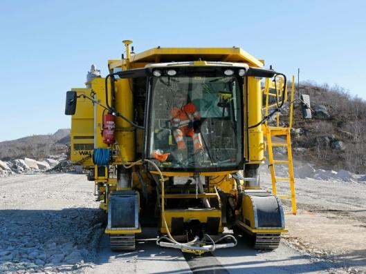 SPESIALMASKIN: Denne spesialbygde sveitsiske maskinen legger asfaltkjernen og filterlaget rundt kjernen.