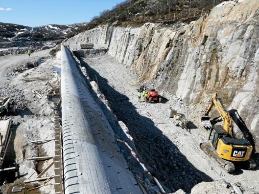 FLOMKANAL: Ved dammen nederst i Skjerkavatn er det bygget en flomkanal. Vannet flyter over denne betongkonstruksjonen og ned i ei renne der det er sprengt ut 100.000 fm³.