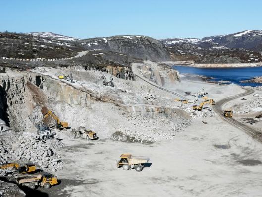 MER PLASS: Her hentes 1 million fm³ stein til dambyggingen. «Krateret» fylles igjen med vann når dammene er ferdige.