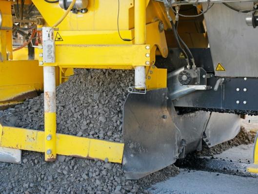 KJERNE OG MASSER: Temperaturen på asfalten sjekkes før den overføres til maskinen og legges med filtermasse rundt.