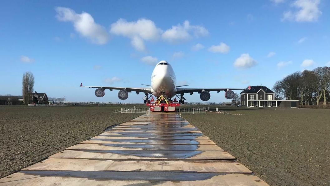 2100 stålplater, hver på 1,5 tonn ble brukt som midlertidig vei for å hindre at transporten av 747-en skulle sette seg