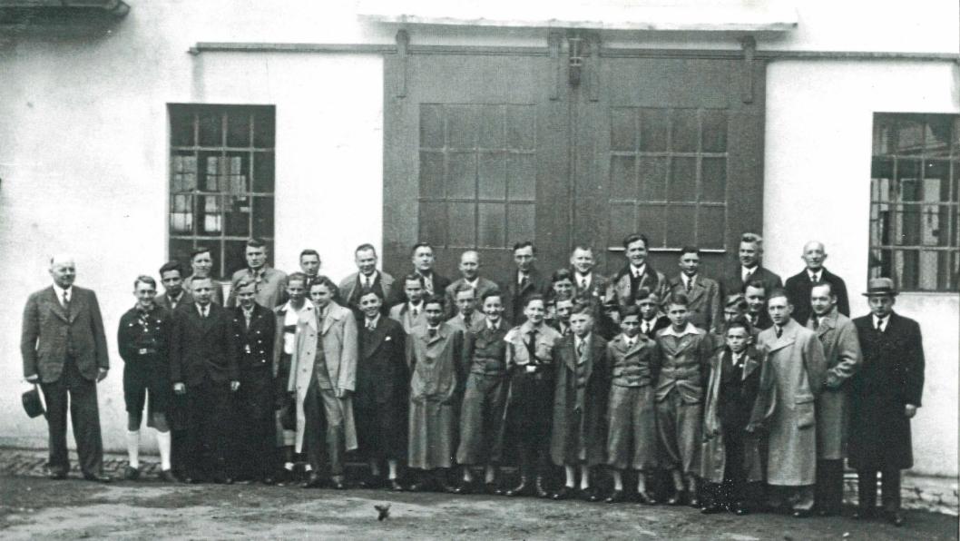 Kaeser er 100 år i 2019. Her har firmaet tatt oppstilling for fotografering i 1937.
