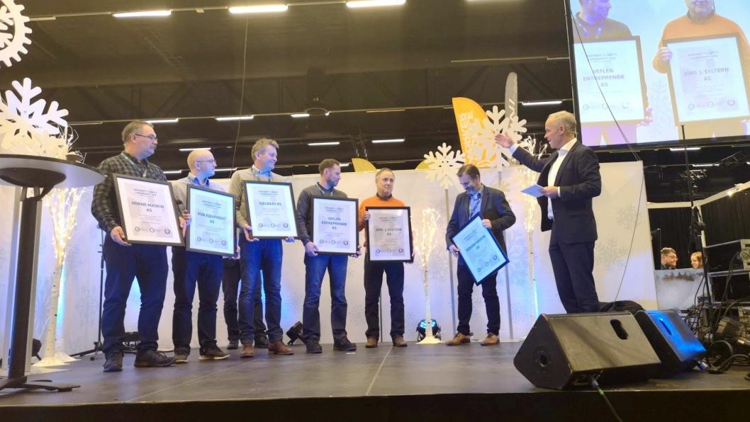 - Norge trenger flere fagarbeidere, sier kunnskaps- og integreringsminister Jan Tore Sanner.På bildet deler han ut pris på Arctic Entrepreneur 2019 til beste lærebedrift i MEF. Vinner her ble Johs. J. Syltern.