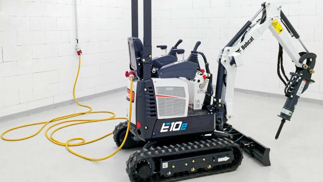 BATTERI OG KABEL: Batteri-minigraveren Bobcat E10e lanseres på Bauma. Her er den koblet til strømnettet via kabel.