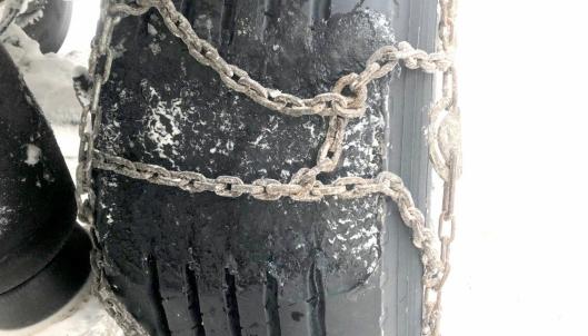 Det er mer vanlig at man kjører en stund med låst tilhengerhjul dekk enn forhjul, slik som på dette bildet. Bildet er fra en kontroll i Kilpisjärvi i februar 2019. NB: Sjåføren la av en aller annen grunn på kjetting før bildet ble tatt.